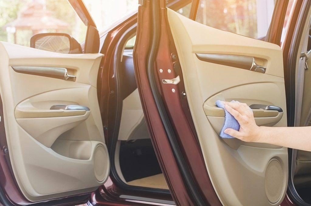 cómo mantener limpio el interior de mi auto sin aspiradora